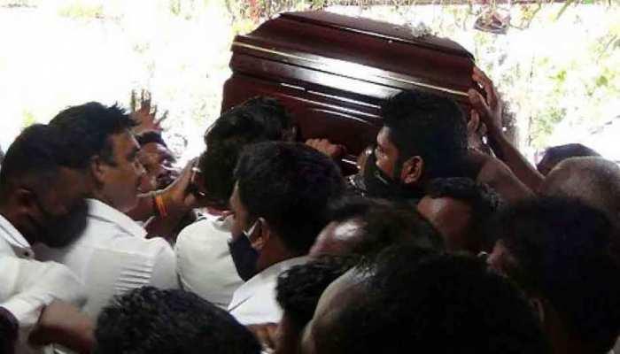 अंतिम संस्कार में सोशल डिस्टेंसिंग की उड़ी धज्जियां, वायरस के प्रकोप से डरा श्रीलंका
