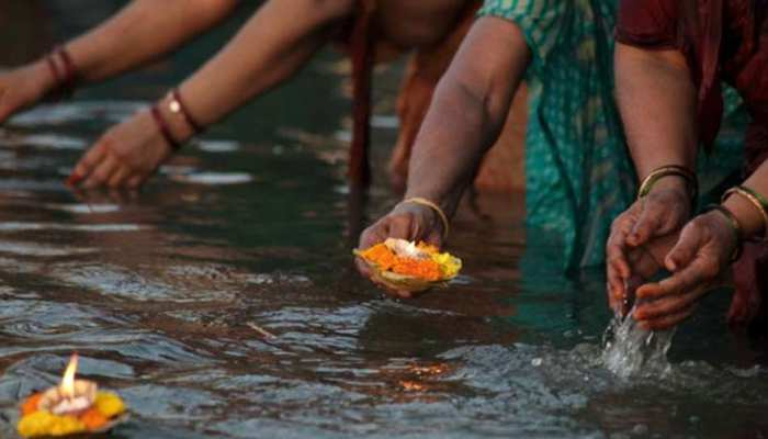 Unlock 1: यूपी में गंगा दशहरा के पर्व पर संतों ने लगाई आस्था की डुबकी, रोगमुक्ति की प्रार्थना