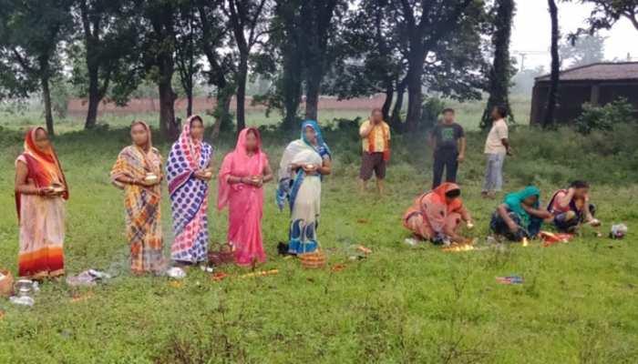 UP में महिलाओं ने पार की अंधविश्वास की हद, कोरोना को 'देवी मां' मानकर कर रहीं पूजा