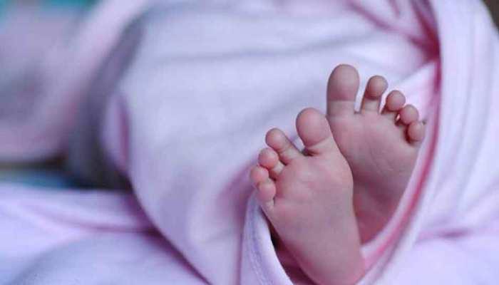 महिला ने अस्पताल के बाहर दिया बच्चे को जन्म, डॉक्टर ने नहीं ली सुध, नवजात ने तोड़ा दम