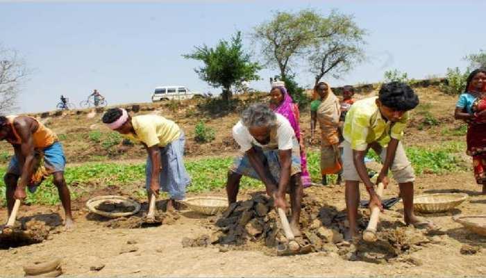 बाढ़: प्रवासी श्रमिकों के लिए मुखिया बना 'मसीहा', भोजन संग MNREGA में किया काम का इंतजाम