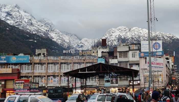 कोरोना वायरस के बढ़ते मामलों के बीच कश्मीर में खुले होटल-रेस्टोरेंट, लेकिन नहीं आ रहा कोई
