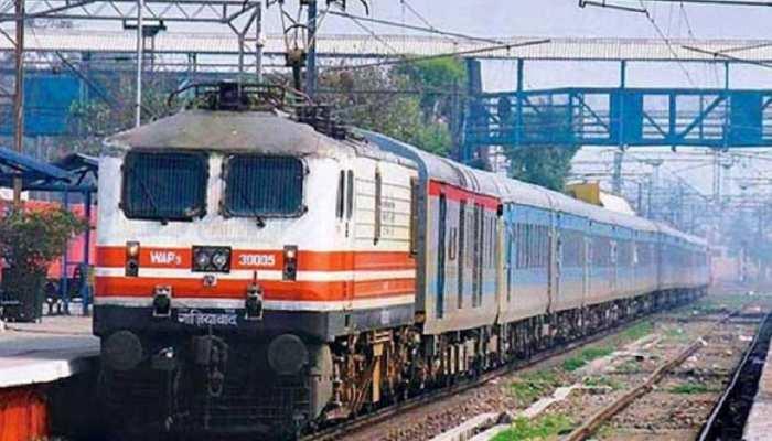 ट्रेन हादसा: 5 घंटे बाद दिल्ली हावड़ा अप रूट चालू  हुआ, डाउन रूट पर यात्री परेशान