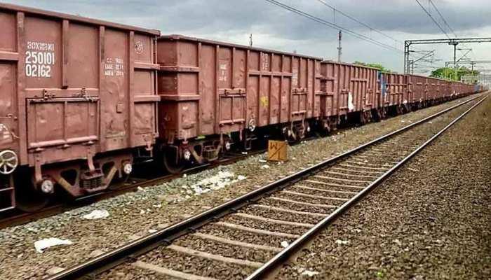 टल गया बड़ा हादसा, शिकोहाबाद में कैसे डिरेल हुई मालगाड़ी, जांच में जुटा रेलवे