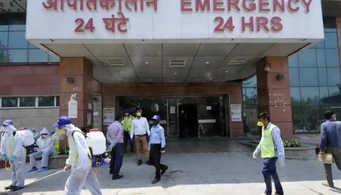 इमरजेंसी के बाहर नीचे पड़ा तड़तपा रहा मरीज़ और तमाशा देखते रहे अस्पताल मुलाज़िम