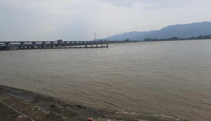 बिहार: गंडक नदी में जलस्तर बढ़ने से मंडराया खतरा, दबाव पड़ने पर टूट सकता है बांध