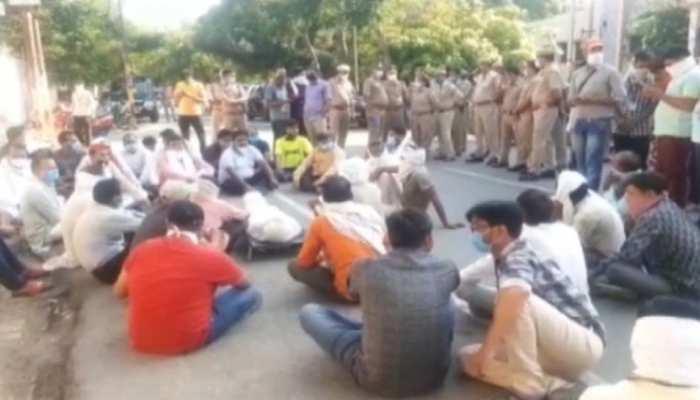 SP दफ्तर के बाहर लाश रखकर परिवार वालों के साथ सपाइयों ने किया हंगामा, पुलिस पर लगाए इल्ज़ाम
