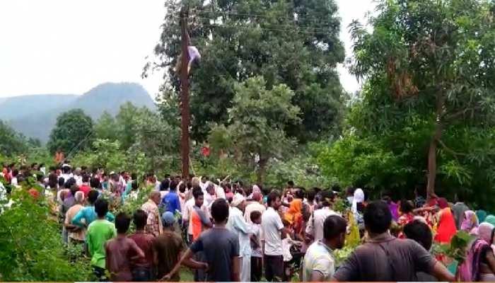 सतना: करंट लगने से लाइनमैन की मौत, गुस्साए लोगों ने पुलिस को शव उतारने से रोका