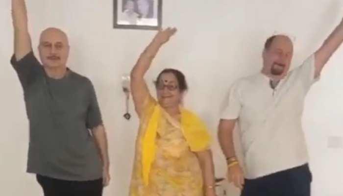 मां के साथ राजू और अनुपम खेर ने किया ऐसा मजेदार डांस, इंटरनेट पर धूम मचा रहा VIDEO
