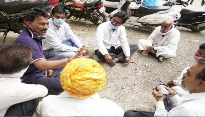 MP उपचुनाव: मंत्री तुलसी सिलावट ने जमीन पर बैठकर सुनी लोगों की समस्याएं