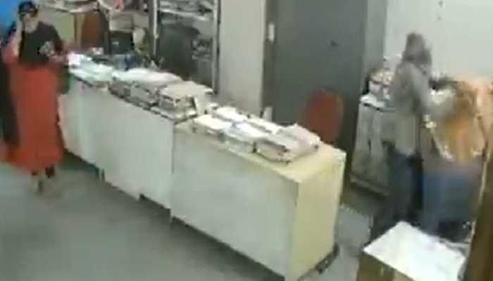 होटल कर्मचारी ने महिला सहकर्मी को बुरी तरह पीटा, सामने आया VIDEO