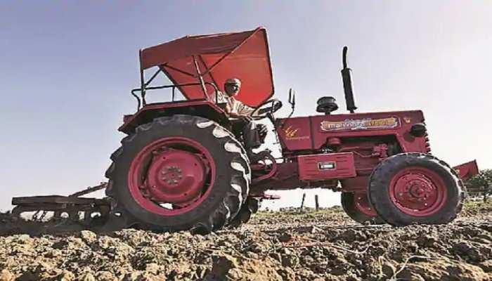 कारों से ज्यादा बिक रहे ट्रैक्टर, गांवों की तरफ कंपनियों ने लगाई टकटकी