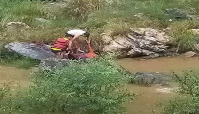 नैनीताल: बारिश से बढ़ा कोसी का जलस्तर, तेज बहाव में बही नदी पार कर रही 3 महिलाएं