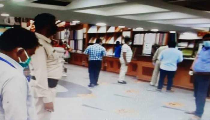कोविड 19 नियमों की अनदेखी करने वाले 32 दुकानों पर चला प्रशासन का डंडा, किए गए बंद
