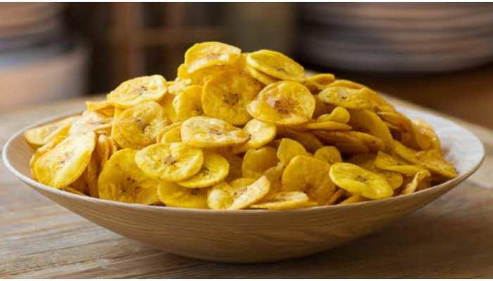 फलाहार में कुछ चटपटा खाने का दिल करे तो ऐसे आसानी से फटाफट बना डालिए केले के चिप्स