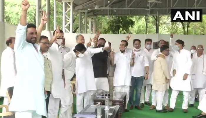 COVID 19: शक्ति प्रदर्शन के चक्कर में सोशल डिस्टेंसिंग भूली राजस्थान कांग्रेस...