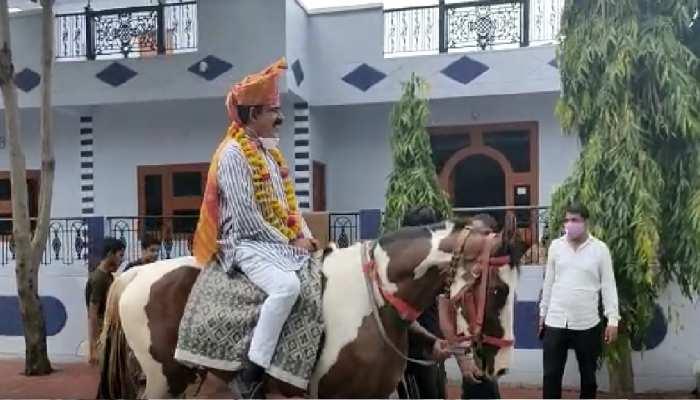 MP उपचुनाव प्रचार: मंत्री जी के लिए कार्यकर्ता चढ़े घोड़ी, दूल्हा बनकर मांगे वोट