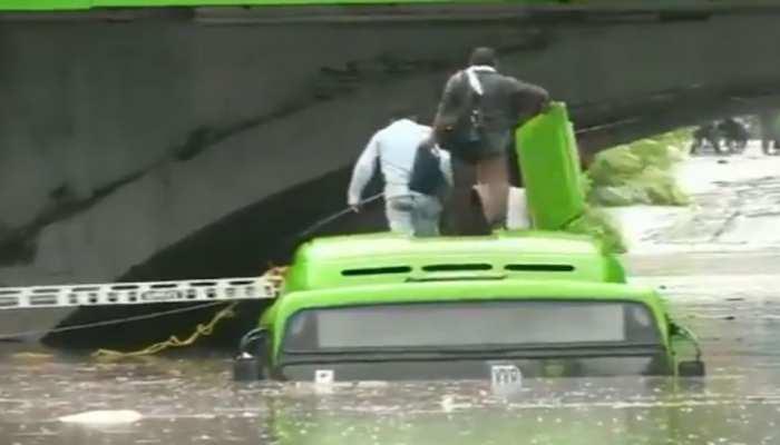 भारी बारिश से दिल्ली में कई जगह जलभराव, DTC की बस डूबी; जानें ट्रैफिक अपडेट