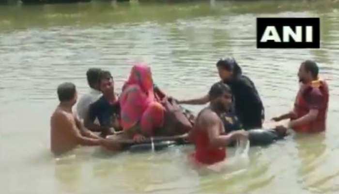 VIDEO: बिहार में 'प्रसव पीड़ा' से कराहती महिला को नहीं मिला साधन, टायर के नाव से पहुंची अस्पताल