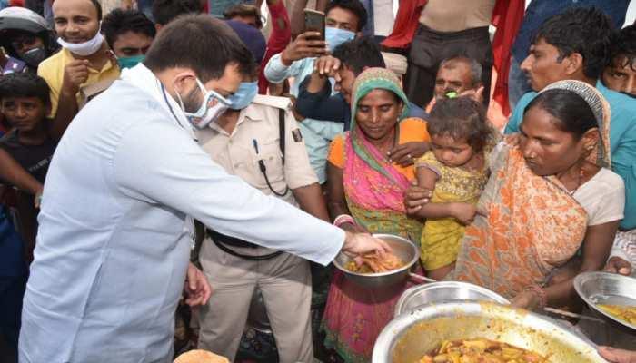 बिहार: तेजस्वी ने बाढ़ प्रभावित इलाके का किया दौरा, नीतीश सरकार पर साधा निशाना