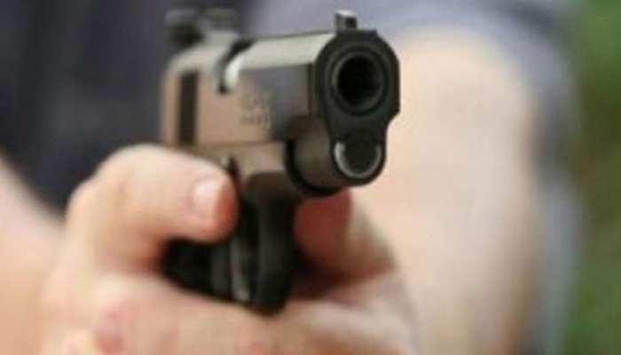 नाली में पानी भरने से हुए विवाद में पड़ोसी युवक ने युवती को मार दी गोली