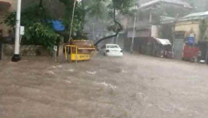 मुंबई में बारिश के साथ चली इतनी तेज हवा, पलट गई क्रेन; स्टेडियम को भी पहुंचा नुकसान