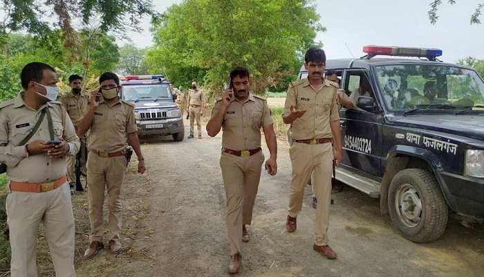 बिकरू हत्याकांड: विकास दुबे के साथी और 50 हजार के इनामी उमाकांत ने चौबेपुर थाने में परिवार समेत सरेंडर किया