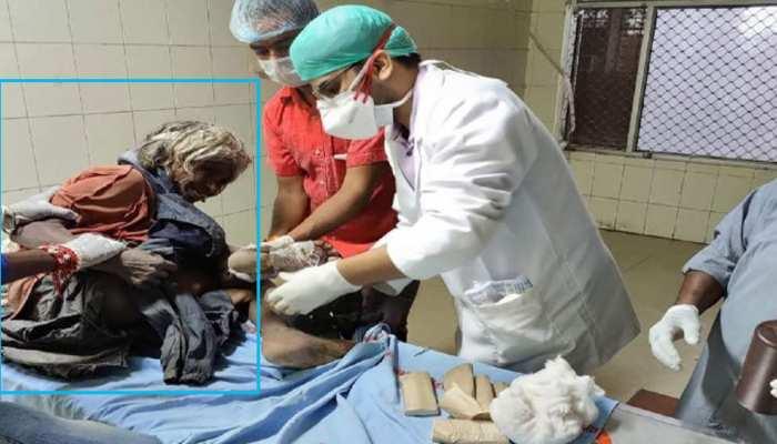 प्रयागराज: हॉस्पिटल के गार्ड ने बुजुर्ग महिला को लातों से पीटा, VIDEO वायरल हुआ तो हरकत में आया प्रशासन