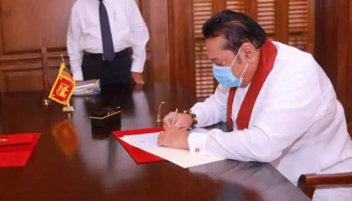 महिंदा राजपक्षे चौथी बार बने श्रीलंका के प्रधानमंत्री, बौद्ध मंदिर में ली शपथ