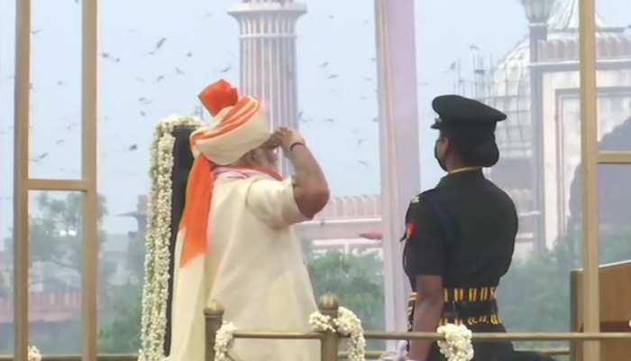 लाल किले की प्राचीर से प्रधानमंत्री नरेंद्र मोदी ने फहराया तिरंगा
