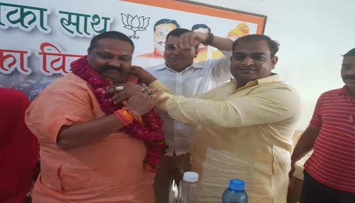 आगरा: चांदी लूटने वाले गिरोह का सरगना निकला BJP नेता, नेताओं के साथ फोटो से भरा है Facebook
