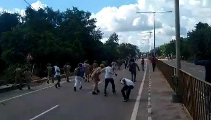 लखनऊ: गाय बचाने में बेकाबू कार ने ली 2 की जान, गुस्साए ग्रामीणों ने लगाया जाम, पुलिस को करना पड़ा लाठीचार्ज