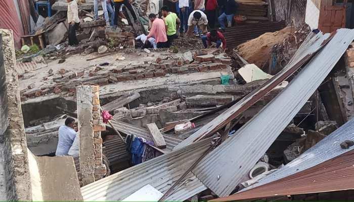 देवास में NDRF का ऑपरेशन 'जिंदगी', दो मंजिला इमारत ढहने से 10 महीने के बच्चे समेत 3 लोग दबे