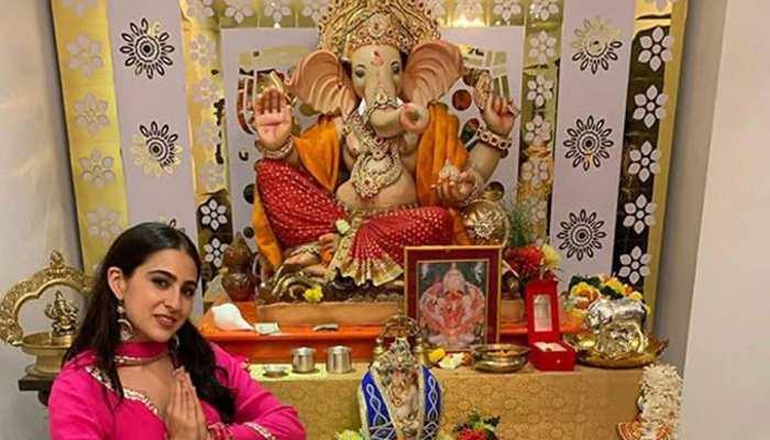 Sara Ali Khan के घर पर विराजे गणपति, हाथ जोड़कर किया बप्पा का स्वागत