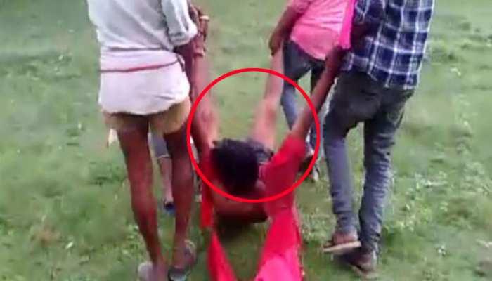 प्रतापगढ़: छेड़खानी के आरोपी युवक को लाठी-डंडे से पीटा, घसीटते हुए वीडियो बनाकर वायरल किया