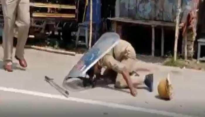 पुलिस चौकी में शख्स की पिटाई से भड़के लोगों ने पुलिस पर बरसाए पत्थर, कई ज़ख्मी