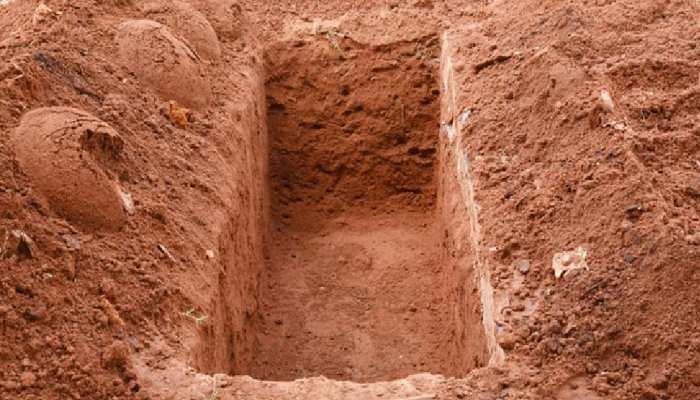 यहां मौत के बाद भी सकून नसीब नहीं, घर के आंगन में दफ़न होती है लाश