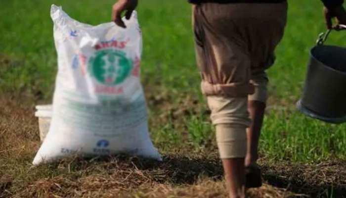 मंडला: खाद की कालाबाजारी से तंग किसानों ने वेयर हाउस पर किया हंगामा