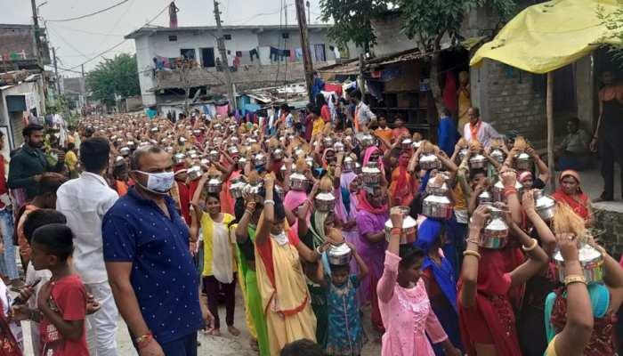 भाजपा की चुनावी कलश यात्रा; ना कोरोना का डर, ना जान की फिक्र