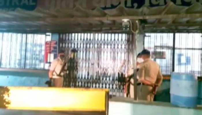 गैंगरेप के आरोप में पकड़ाए, थाने जाते वक्त पुलिस को दिया धक्का, हो गए फरार