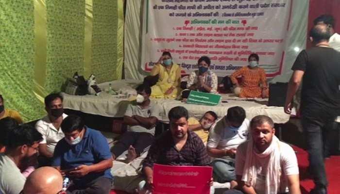 गाजियाबाद: फीस माफी को लेकर अभिभावक संघ की भूख हड़ताल 7वें दिन भी जारी, साथ आईं प्रियंका