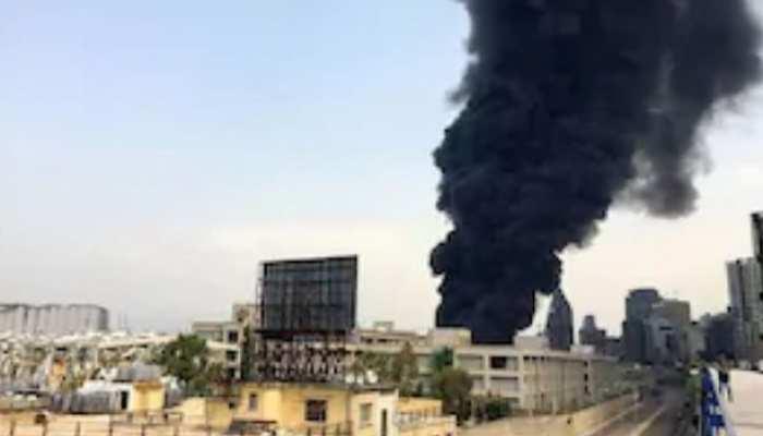 Blast के महीने भर बाद अब आग से घिरा Beirut Port, लोगों में अफरा-तफरी