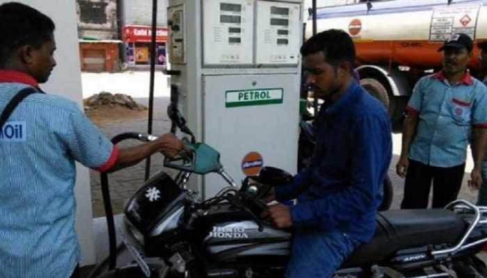 पेट्रोल-डीजल की कीमतों में आज फिर हुई गिरावट, चेक करें अपने शहर के रेट्स