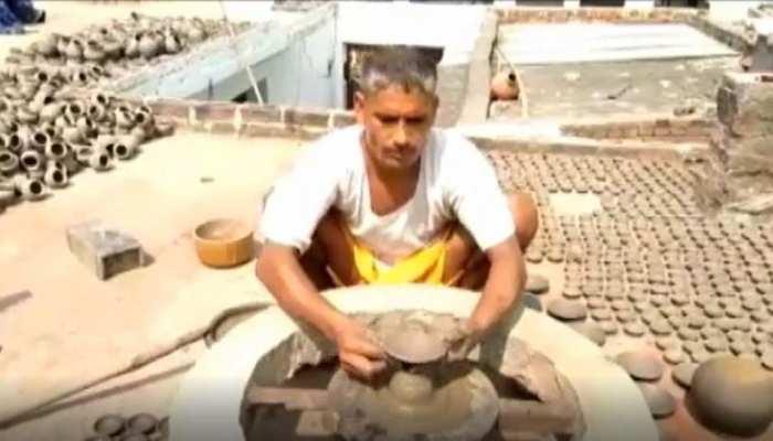 कुम्हारों को दीपावली की सौगात, घर सजावट के लिए बढ़ी मिट्टी के दीयों की मांग