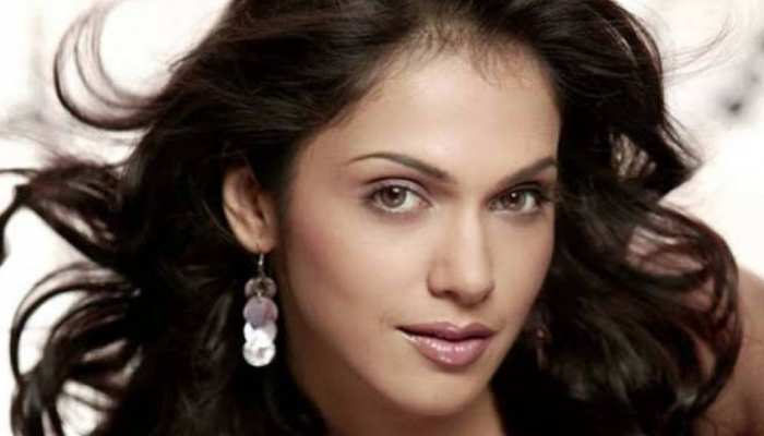 Cool Love Story by 'Khallas' Girl Isha Koppikar