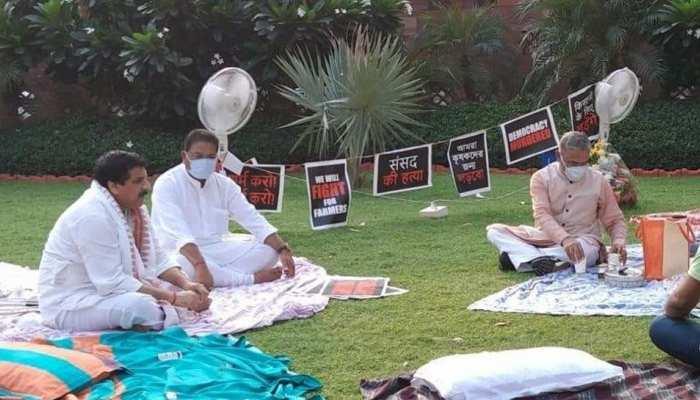 खुद उपवास रखकर धरना दे रहे MPs के लिए चाय लेकर पहुंचे डिप्टी स्पीकर हरिवंश नारायण