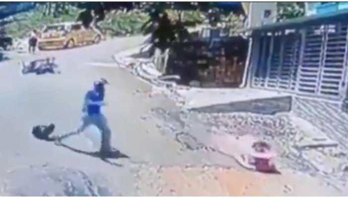 Viral Video: जब सड़क पर फिसल गया था बच्चा, बाइक से कूद कर शख्स ने ऐसे बचाई जान