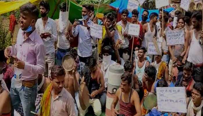अर्धनग्न होकर बेरोजगार युवाओं का प्रदर्शन, थाली बजा मांगी सरकार से नौकरी
