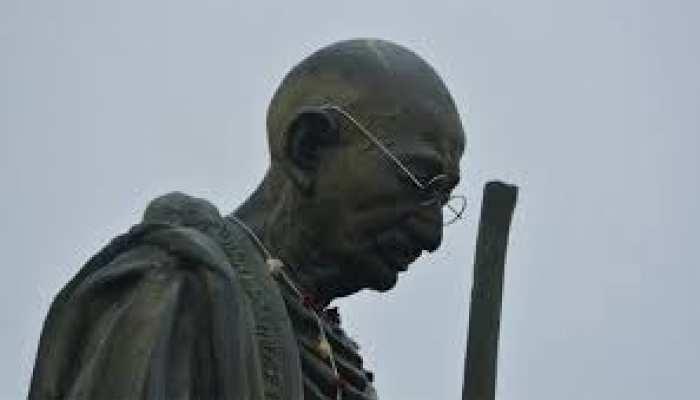 गांधी जयंती पर BJP ने बापू की प्रतिमा पर चढ़ाए पुष्प, कांग्रेस ने गंगा जल से किया शुद्ध