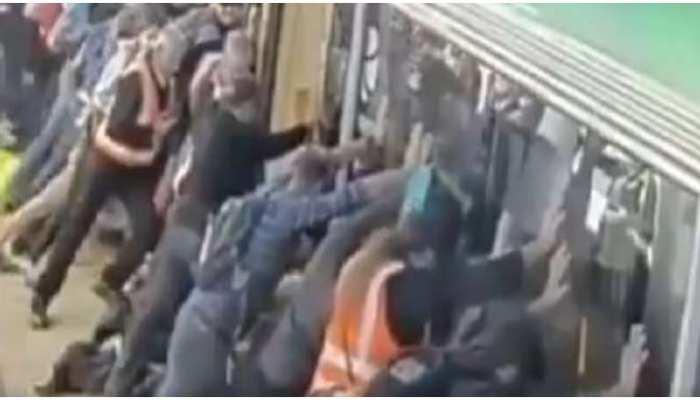 मेट्रो में चढ़ते वक्त फिसला एक शख्स का पैर, लोगों ने ऐसे मिलकर बचाई उसकी जान